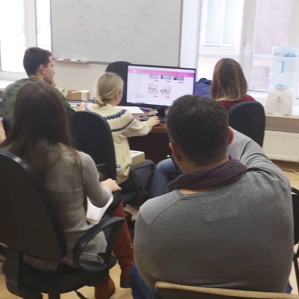 Коллектив «Свитклаба» в офисе на Мясницкой обсуждает удобство сайта