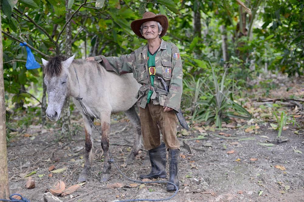 Это Хуан Базар — человек, который продал мне (точнее, сдал в аренду) землю на острове Самал. Он прошел через японскую оккупацию во время Второй мировой войны, вырастил 16 детей и несметное количество внуков. Деньги, которые я ему заплатил, у него сразу выклянчили родственники — и он снова остался ни с чем. Хуан умер в 2015 году в возрасте 83 лет