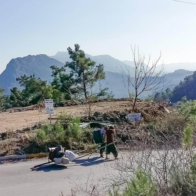 Эти ребята несколько часов пытались поймать попутку от шоссе до Чиралы. В итоге отчаялись и пошли 7 километров пешком. Мы тоже шли пешком, но нас на полпути подобрала машина