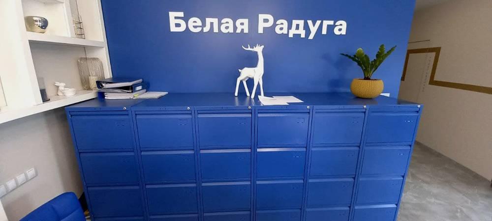 Так выглядит картотечный шкаф в нашей клинике. Он выкрашен в цвет стен, чтобы не выделяться из пространства