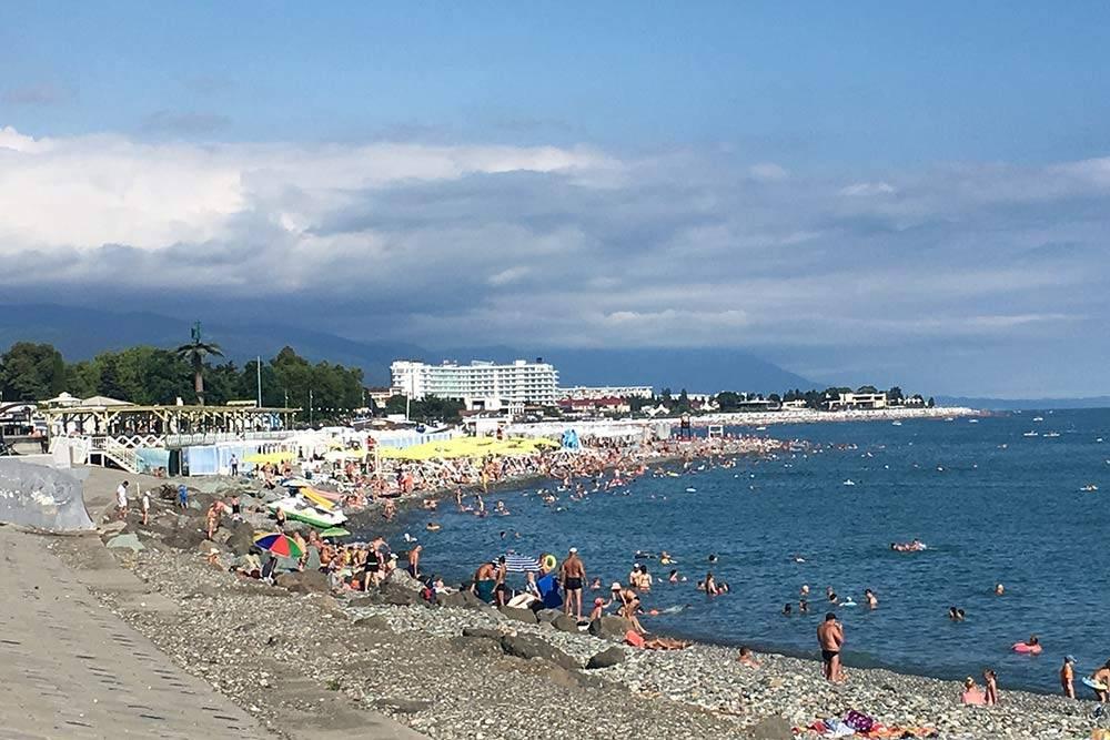 Люди отдыхают на Имеретинской набережной 10 июля. Это отдаленный пляж. Людей там обычно меньше, чем в центральной части Имеретинки. Но в высокий сезон пустых мест все равно нет. Фото Александры Доминой