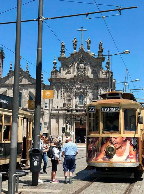 На красивом историческом трамвае стоит проехать по главным улицам Порту хотябы ради впечатлений