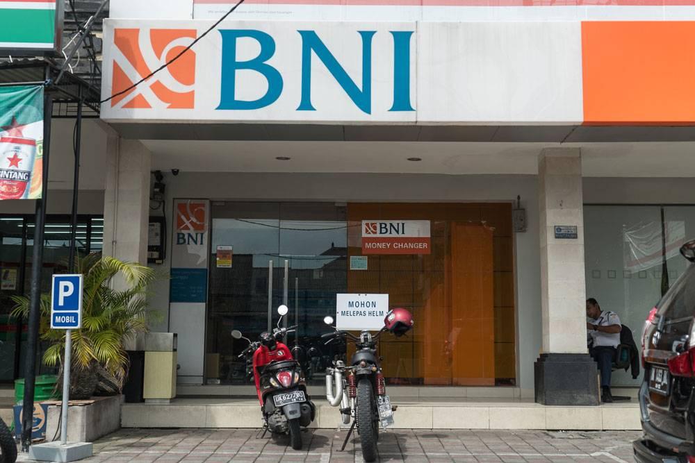 Банкомат в здании банка с круглосуточной охраной — вот сюда можно идти за наличными