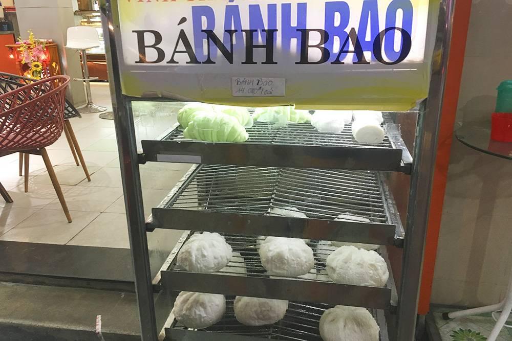 Бан бао — это пирожки из белого теста с начинкой из фарша и яйца. Цена — 14 000 ₫ (40<span class=ruble>Р</span>)