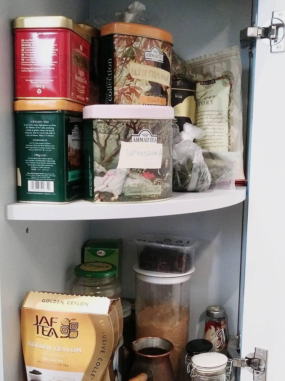 Полки с ингредиентами для чая и кофе