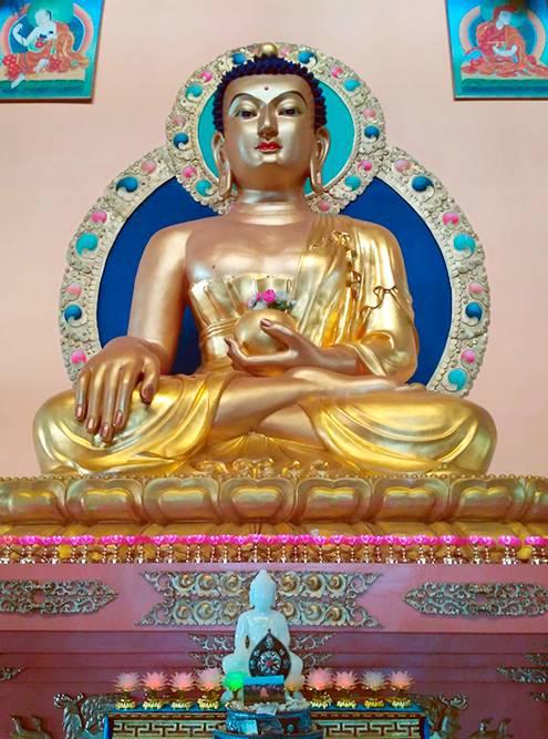 Шестиметровая бронзовая статуя Будды, покрытая сусальным золотом