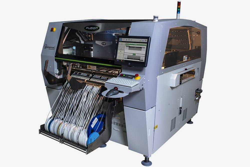 Электронные компоненты размещаются на печатную плату при помощи вот такой машины