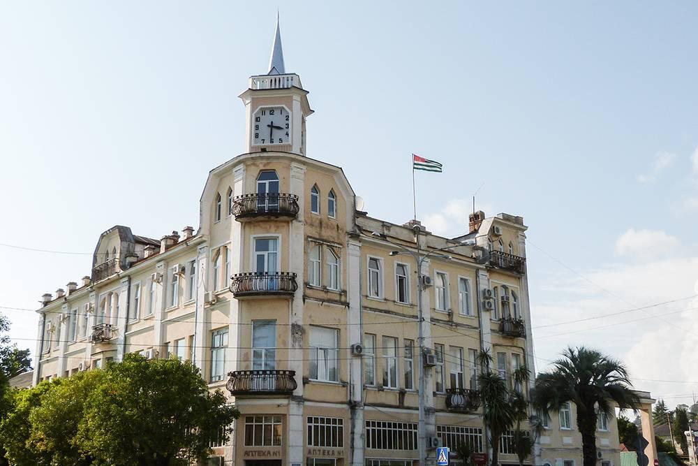 Несмотря на то что здание входит в реестр памятников архитектурного наследия Абхазии, на фасадах дома висят кондиционеры