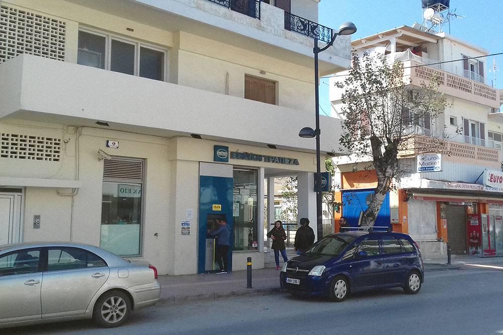 Один из самых популярных банков на Крите — национальный банк Ethniki Trapeza. Именно на его счета начисляются все государственные пособия. У его банкоматов почти всегда кто-то есть, как у нашего Сбербанка