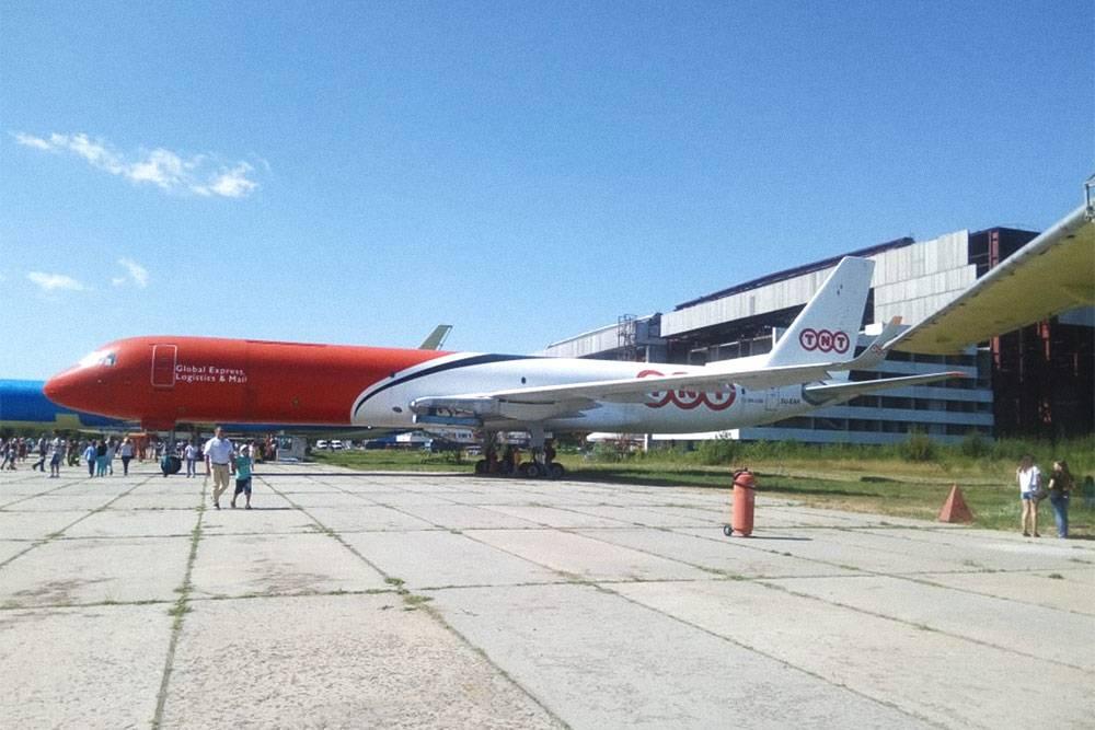 Летом завод «Авиастар» проводит день открытых дверей, и все желающие могут посмотреть на самолеты, которые на нем собирают