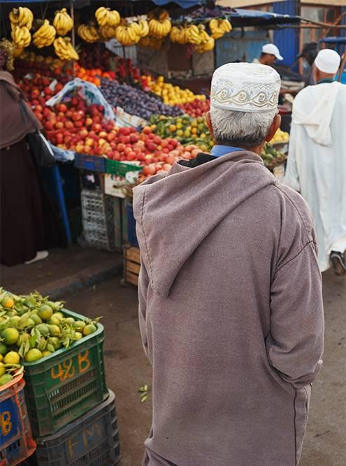 Местные жители ходят в джеллабе — традиционной берберской одежде. Это длинный свободный халат с остроконечным капюшоном