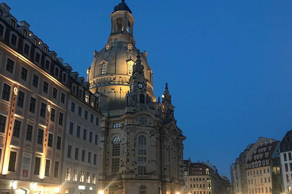 Вид на вечернюю Фрауэнкирхе. Исторический центр города был полностью разрушен и восстановлен после войны, поэтому «старый» город на самом деле новее «нового», в котором мы живем