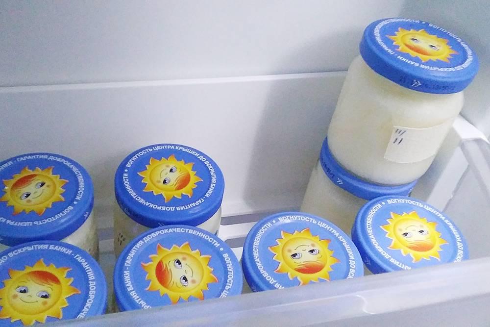 Это колонии бактерий дляйогурта, которые живут в морозильной камере. Черточки на банке — это поколения