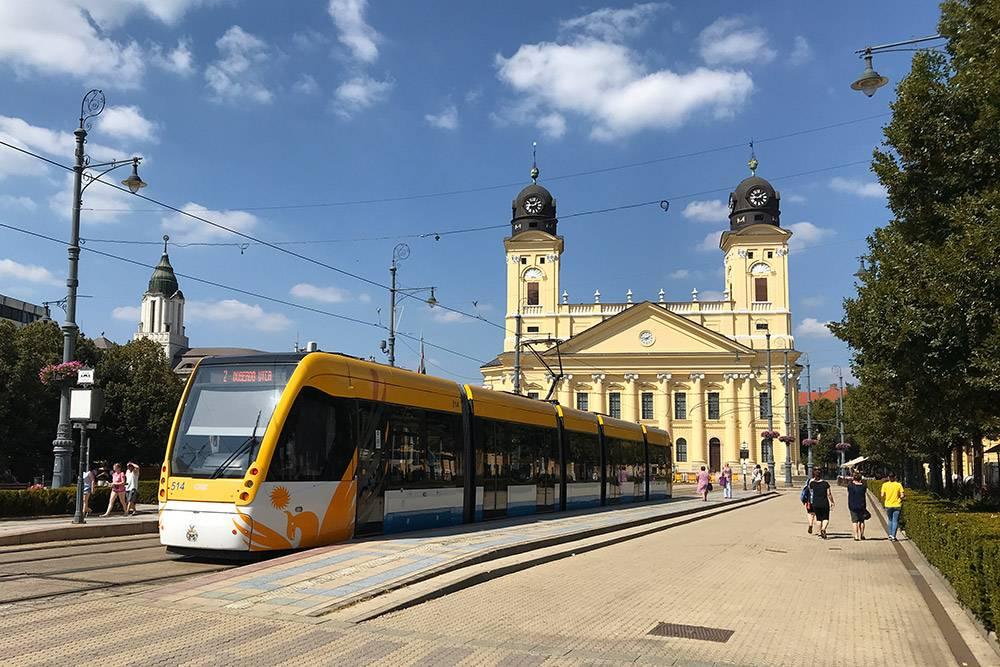В венгерских городах основной транспорт — этотрамваи, троллейбусы иавтобусы. Вкаждом городе свой тип билетов, но все едины длятранспорта всвоем городе