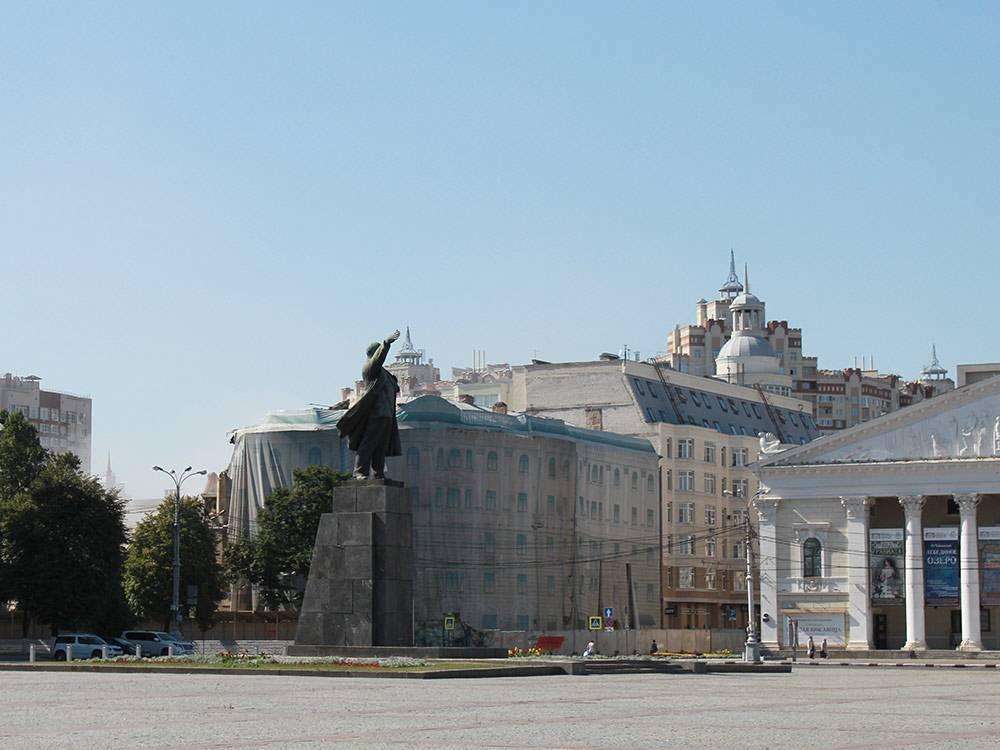 Центральная площадь города: по периметру, как и положено, расположены администрация области, драмтеатр и здания разных органов власти
