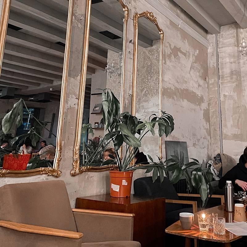 Тут очень интересный интерьер, приятная атмосфера, вкусный кофе и веганское меню, которое абсолютно мимо меня. Беру просто кофе
