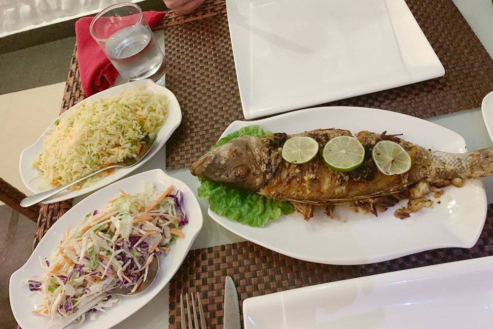 Ужин в Symphony Lagoon. Рыба, рис и салат обошлись в 15$ (1068<span class=ruble>Р</span>)