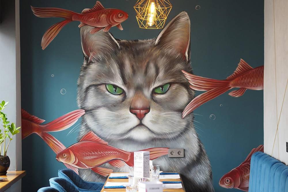 В этом ресторане приятный интерьер: спокойные цвета, милые детали в морской тематике, например салфетницы в виде ракушек. Еще меня очаровал этот кот. Мой кот также смотрел на рыбок в аквариуме