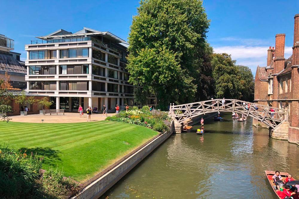 Этот мост через реку Кам (или Кем) в Кембридже называют Математическим. По легенде, он был построен безгвоздей и болтов благодаря точным математическим вычислениям. Позже доказали, что болты все-таки использовались, но название моста осталось