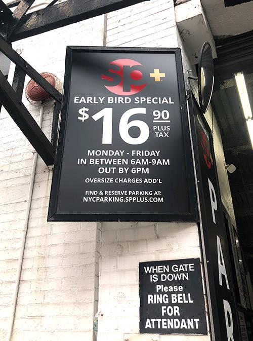 Парковка на Манхэттене — недешевое удовольствие. Вот предложение для ранних пташек — 16,9$ (1110<span class=ruble>Р</span>) за час парковки, и это еще без налогов