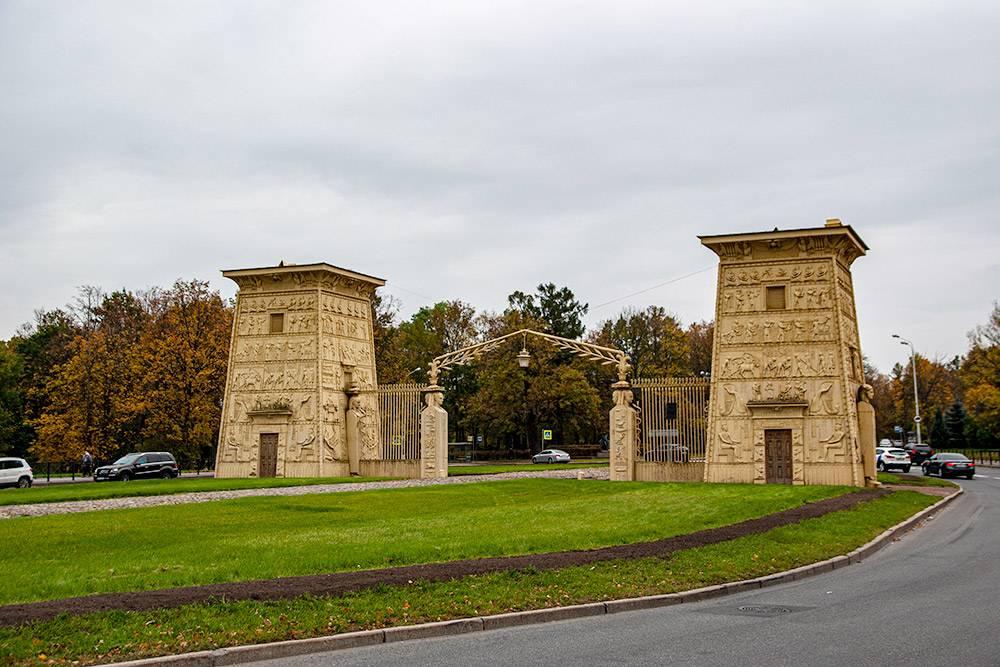 На въезде в Пушкин со стороны Петербурга стоят чугунные Египетские ворота, стилизованные поддревнеегипетскую архитектуру. Символы на фасадах не несут никакого смысла, они просто скопированы с египетской Книги мертвых