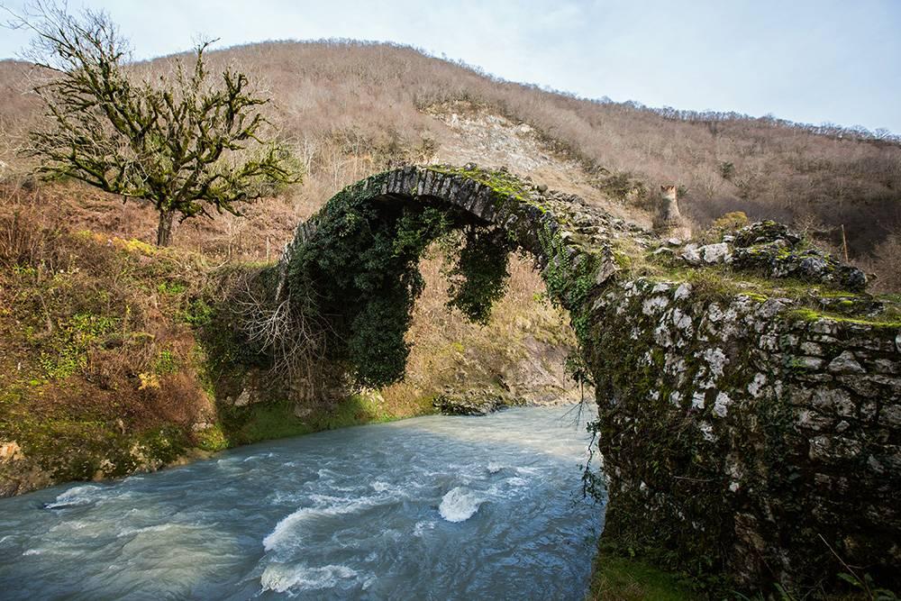 Второе название Беслетского моста — мост Царицы Тамары. Она правила во время расцвета средневековой грузинской архитектуры. Источник: Лариса Сергеева