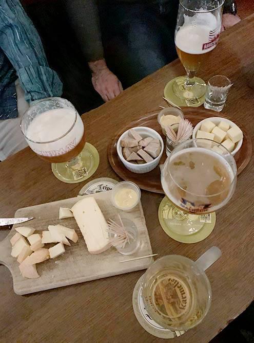 В качестве закусок обычно подают сыр и колбаски по4—5€