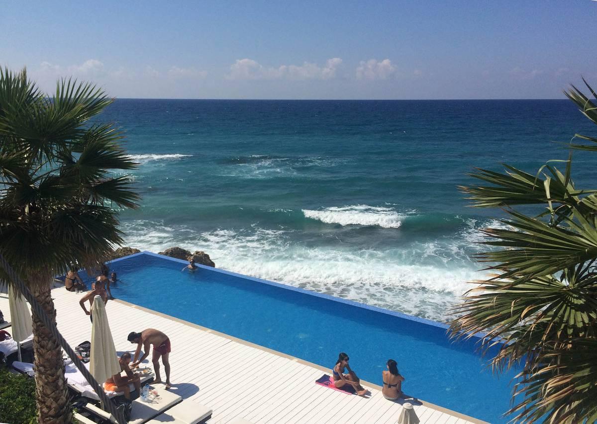 Типичный ливанский пляж: море вроде и есть, но доступа к нему нет