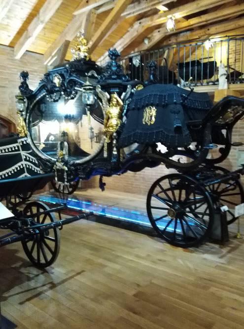 Одна из самых больших погребальных карет в музее