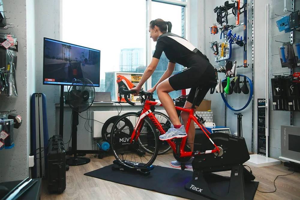 Посетители могут «примерить» любой велосипед. Консультант снимет его, установит на тренажер и включит симулятор