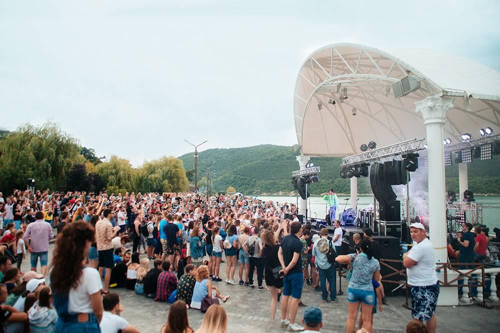 На праздниках с бесплатными концертами много людей, но в парке все равно хватает места всем