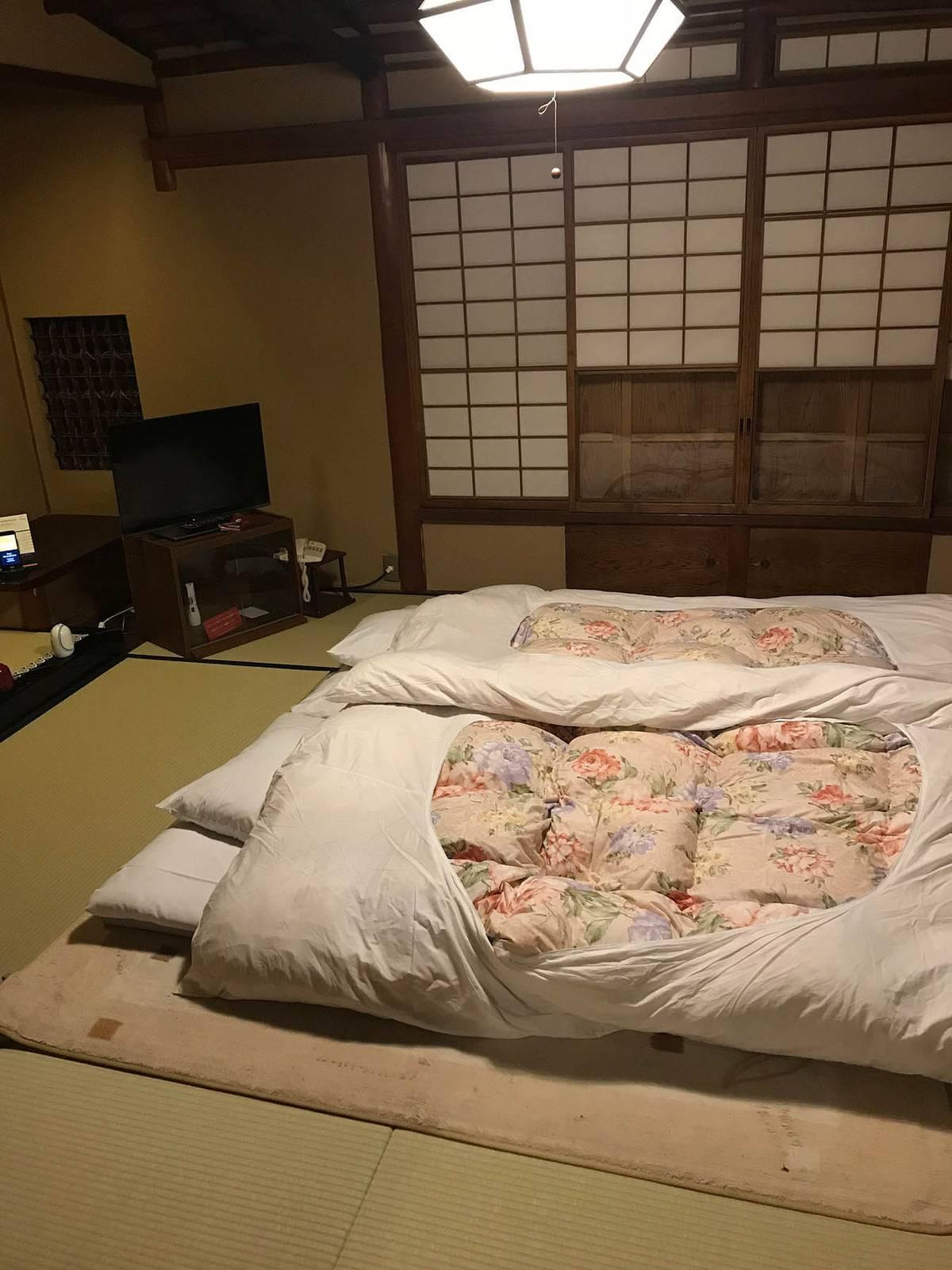 Вечером стол и сиденья убирают, а на их месте расстилают специальные матрасы — футоны с теплыми одеялами. В японских домах (особенно в традиционных) чаще всего нет центрального отопления. Поэтому большую часть года в них холодно