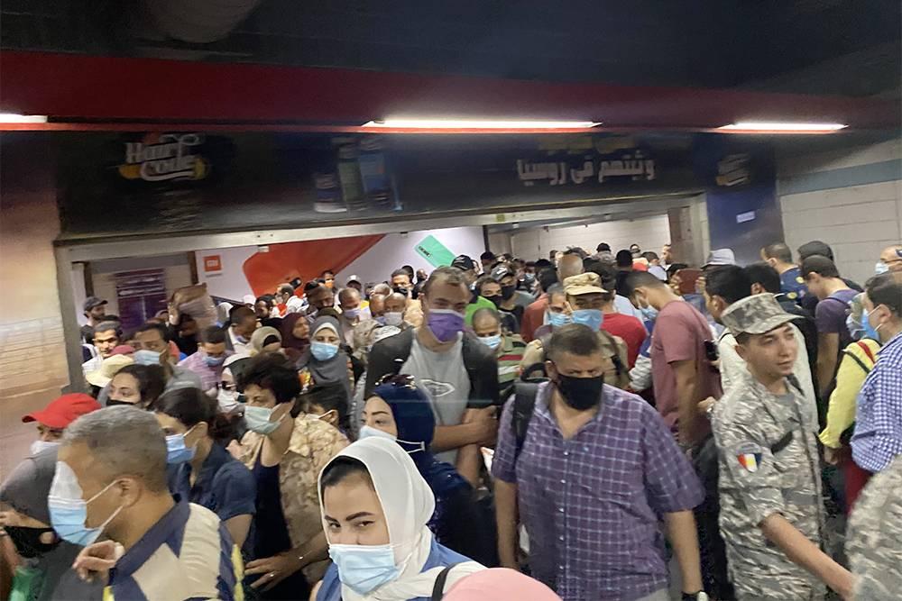 Столько людей было в метро в будний день примерно в 2 часа дня. Люди носят маски. На входе есть таблички, которые напоминают их надеть