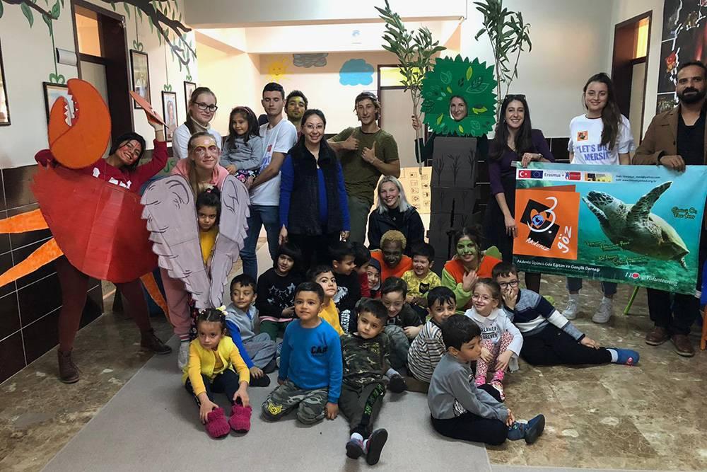 Мария Стратинская и другие волонтеры ездили в местный детский сад ставить сценку на тему экологии