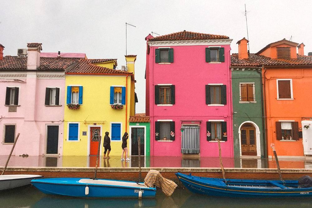 Жители острова Бурано рассказывают прозакон, по которому они обязаны каждые полгода обновлять краску на домах. Может, это и байка, но подобные виды заставляют в нее поверить