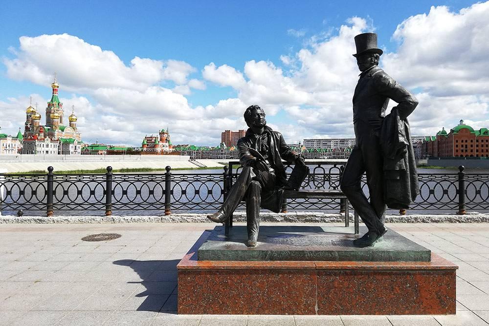В самом конце Воскресенской набережной — памятник Пушкину и Онегину. Онегин по-снобски отвернулся от своего создателя