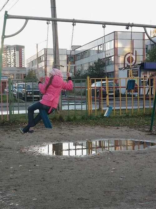 Чтобы покачаться на качелях, дети изворачиваются как могут