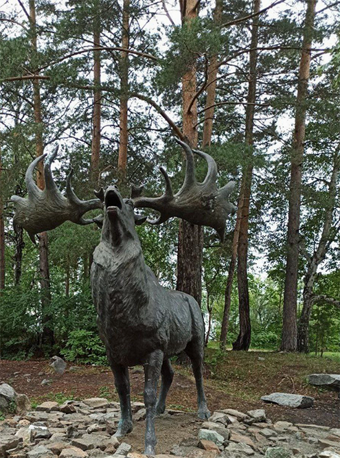 Одна из скульптур в палеопарке — древний олень