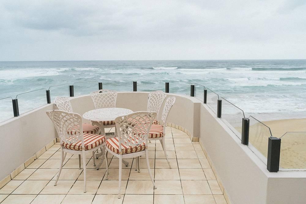 Наш балкон в Уилдернессе нависал надпляжем, а спали мы подшум океанских волн