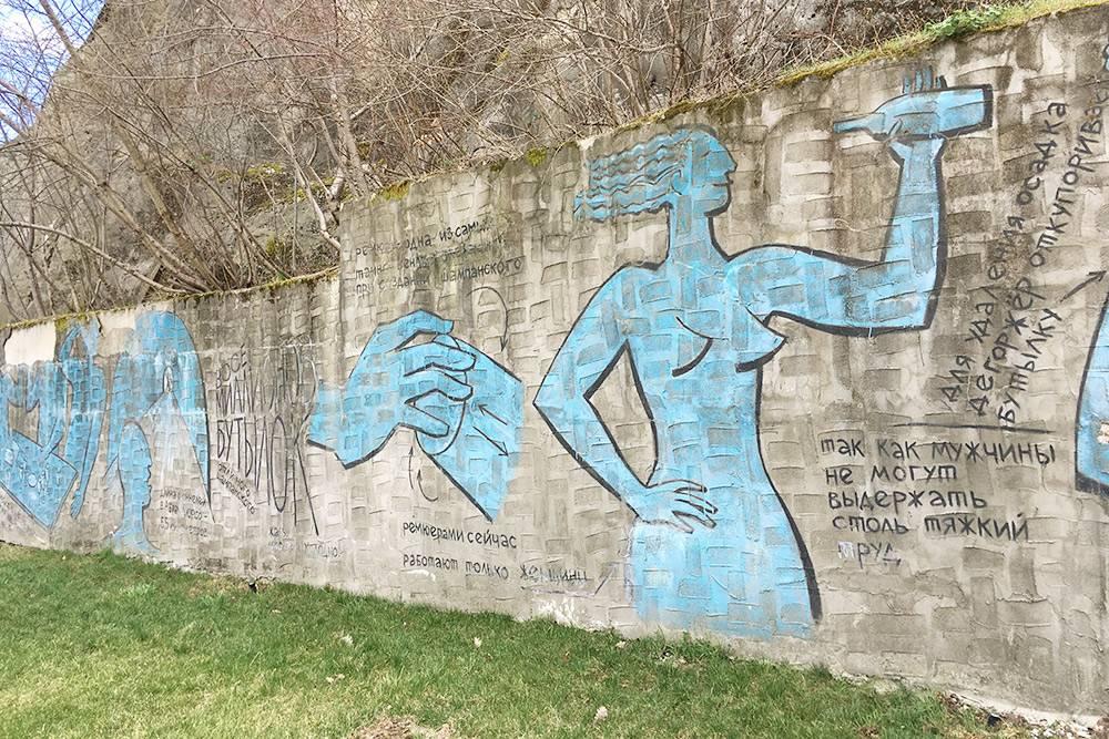 Если не хотите идти на экскурсию, изучайте рисунки. Здесь изображена женщина-ремюажер: ее работа заключается в том, чтобы ежедневно аккуратно переворачивать бутылки с шампанским
