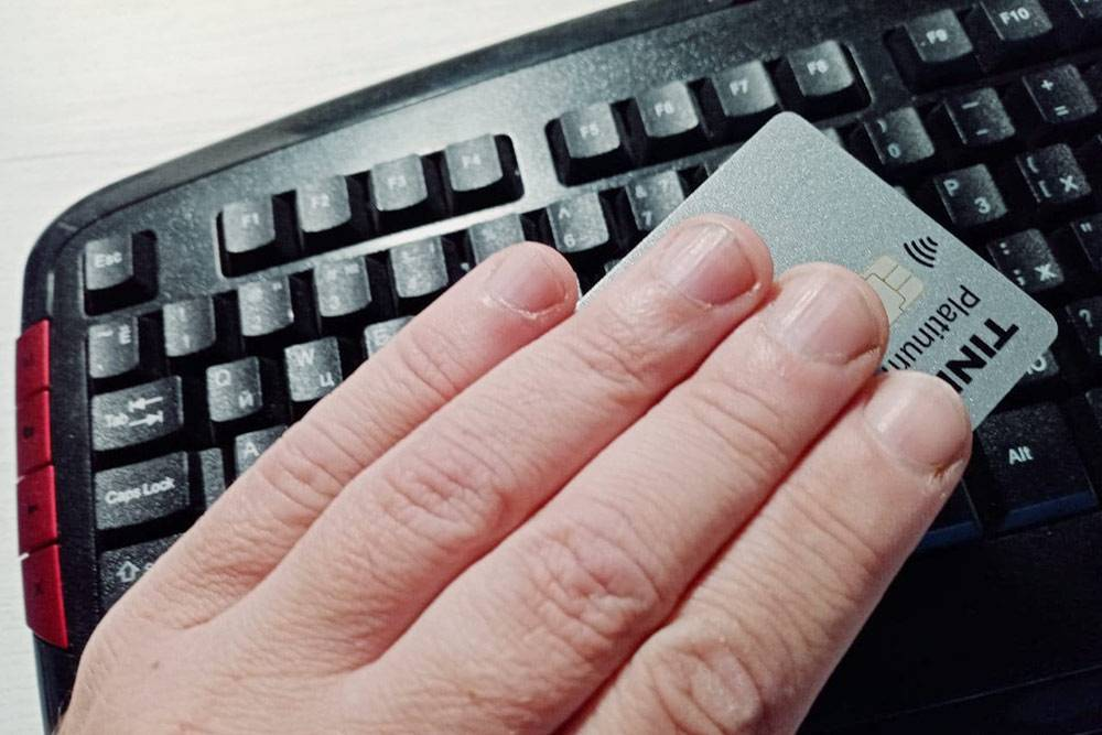 Например, приплатежах все реквизиты карты можно прикрыть рукой