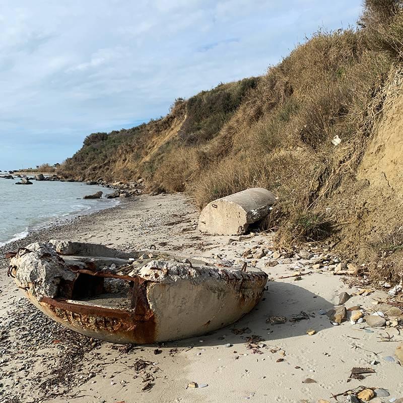 Вдоль берега разбросаны остатки дзотов. Их строили по приказу албанского диктатора Энвера Ходжи