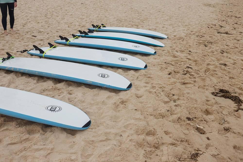 В любой школе серфинга в стоимость урока входит аренда доски и гидрокостюма, если этого требуют погодные условия
