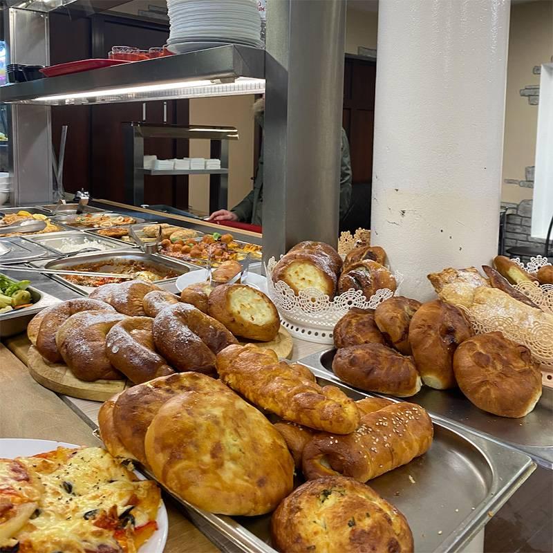 В «Ели-пили» много хорошей выпечки: есть ватрушка с творогом, пицца, рогалик с повидлом, пирожки с мясом и картошкой