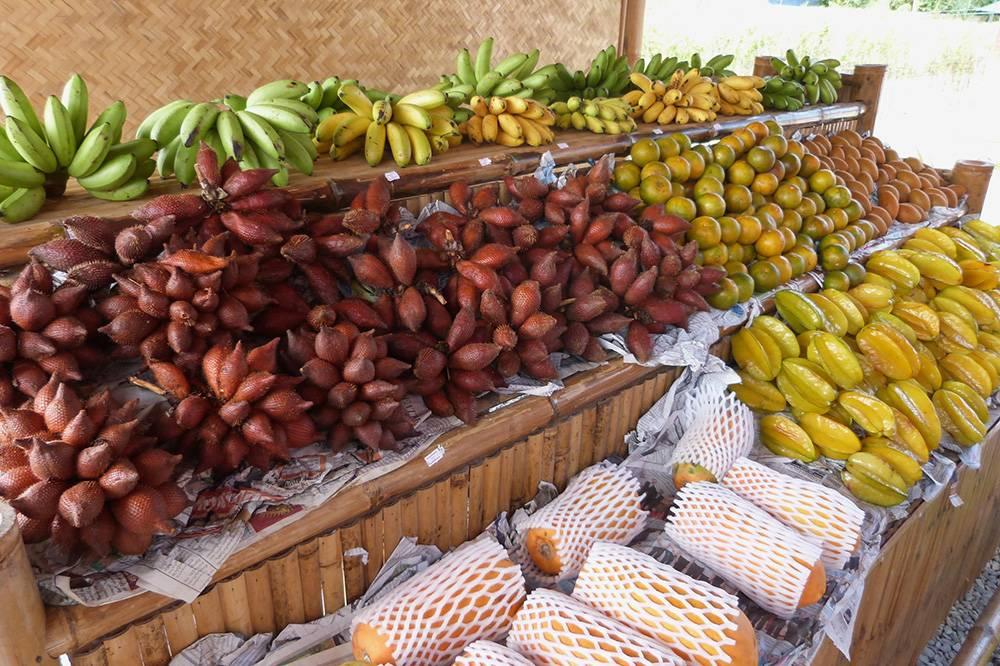 На этой фруктовой точке кроме привычных нам бананов и мандаринов продают еще салак, карамболу и папайю
