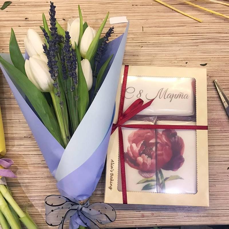 Если решите дарить букет цветов, можно добавить кнему интересное сладкое, например пряник стематической кондитерской печатью. Фото: Юлия Ерешкина