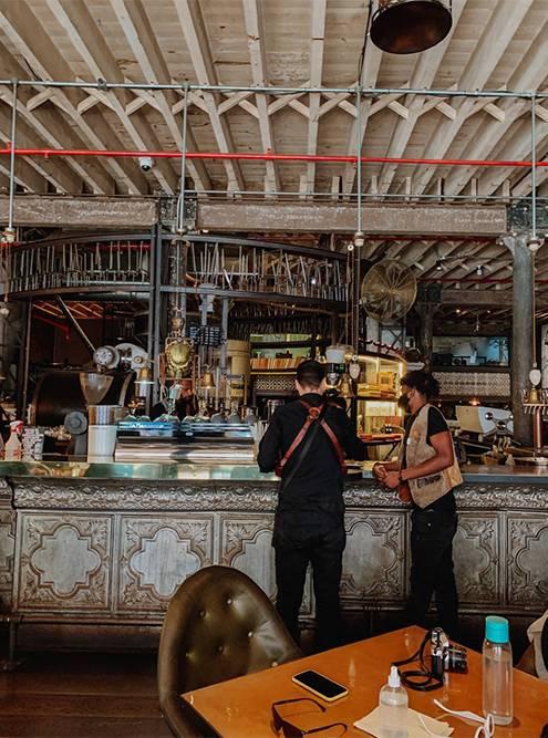 За барной стойкой — огромная машина дляобжаривания. Фото: Ульяна Грушина