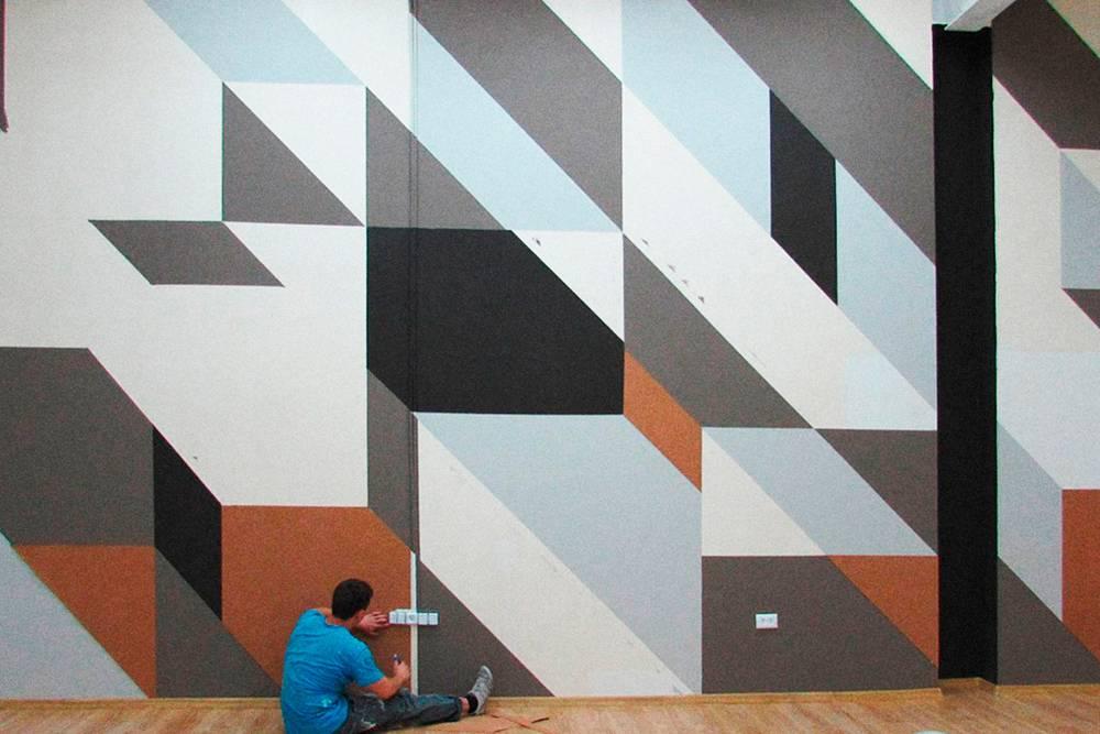В новой мастерской положили ламинат, покрасили стены, установили столы, мебель и компьютеры. В этом помещении ребята занимаются чистовой работой надмакетом