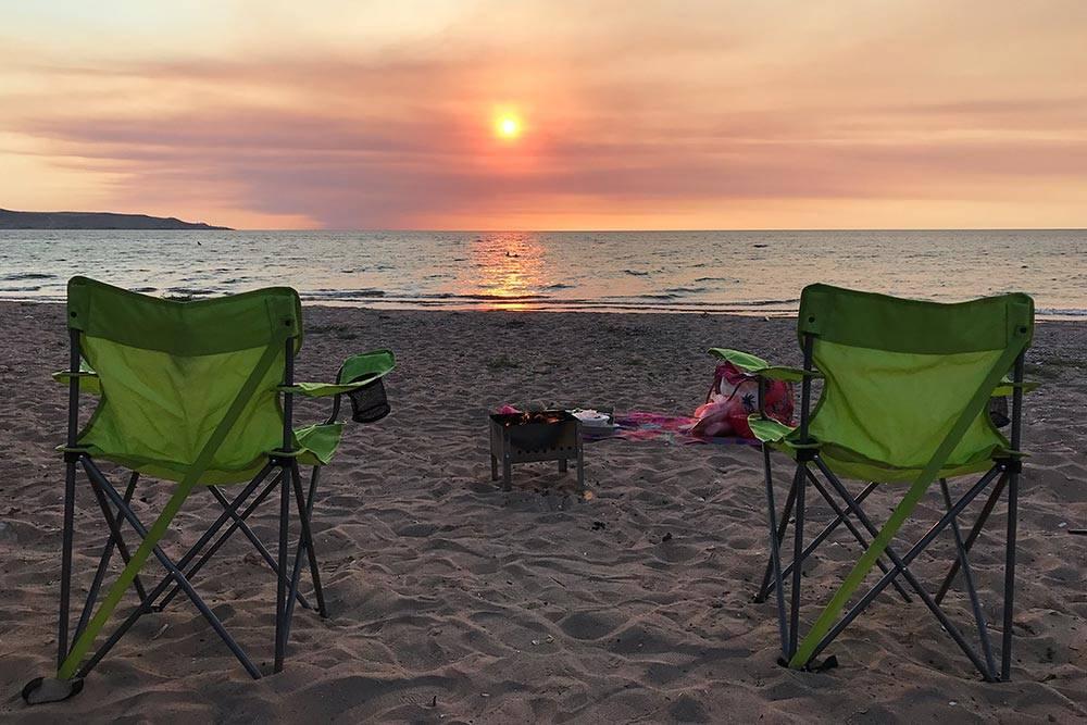 Мы взяли с собой раскладные стулья и мангал, чтобы провожать закаты на пляжах