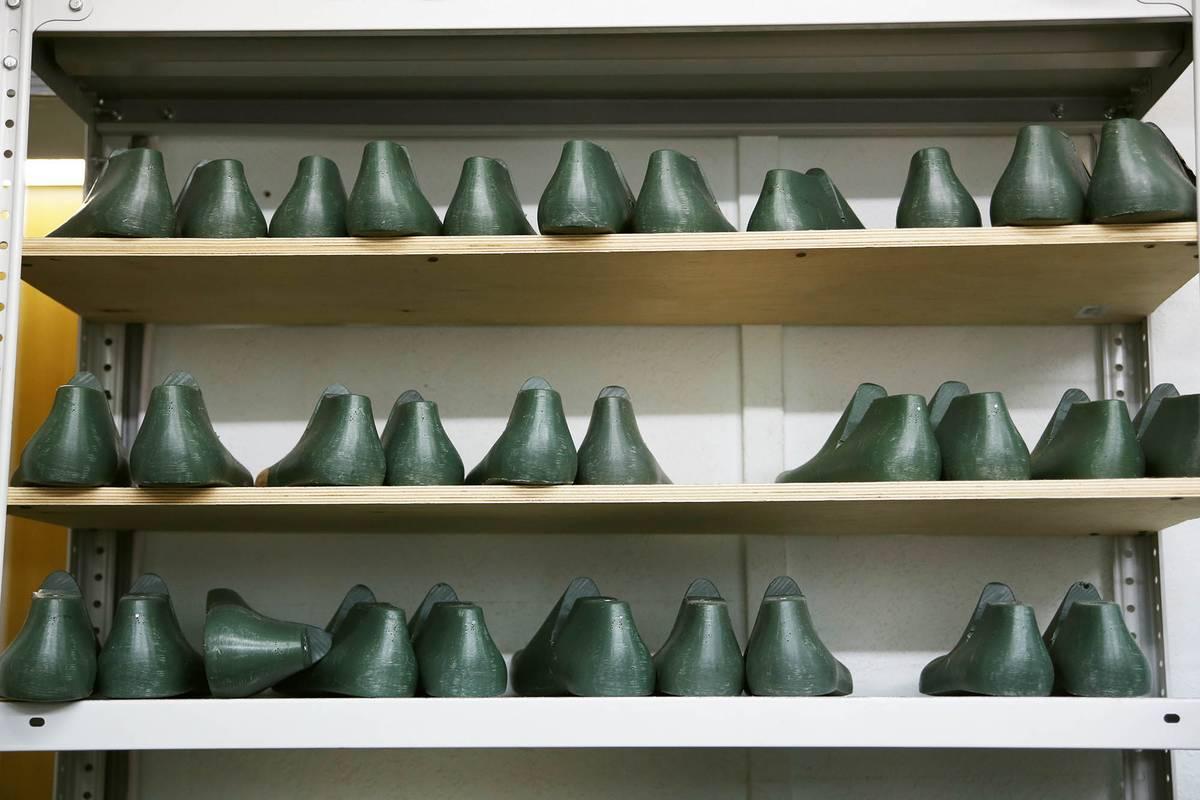 Мастера хранят колодки под каждого клиента, чтобы в следующий раз обувь села так же, как в прошлый